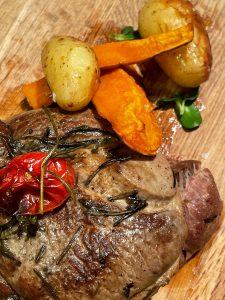 Rozmarīnā un jūras sālī noturēta Bio jēra ciska ar kaulu un krāsnī ceptiem kartupeļiem
